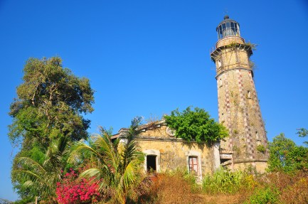 Constructed in 1892 by the Spaniards, the Faro de Primer Orden de Cabo Melville soars about 90 feet above sea level and illuminates Balabac Strait up to almost 300 feet. The tower still retains its original clockwork but it is inoperative.