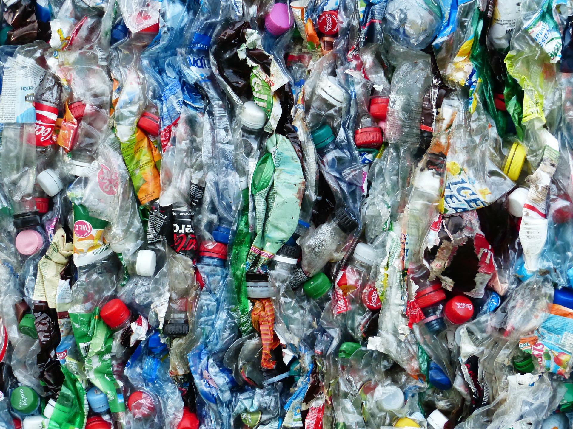 plastic-bottles-115071_hans-braxmeier_pixabay