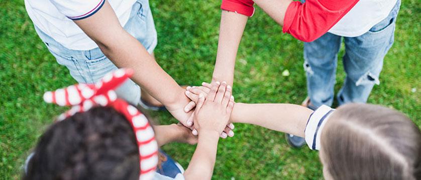 deca drze preklopljene ruke zajedno