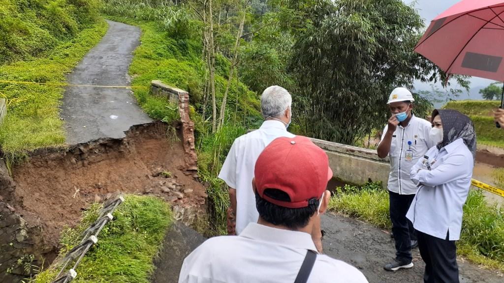 Jembatan Darurat Dipasang di Jembatan Kali Tungtung Gunung Desa Sirandu