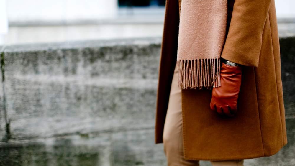 Пальто кэмел, красные перчатки и бежевый шарф