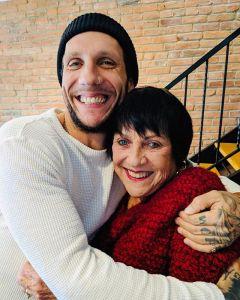 novak hugging mother