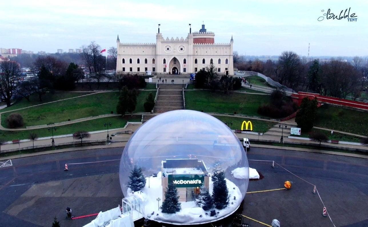 Gigantyczna Kula Śnieżna McDonalds, czyli nietuzinkowa reklama, która porywa tłumy giant bubble tent logo