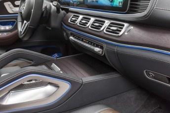 Mercedes-Benz GLE, Exterieur: mojavesilber, Interieur: Leder Rough espressobraun/magmagrau, Zierelemente Holz Walnuss braun offenporig;Kraftstoffverbrauch kombiniert: 9,6 – 8,3 l/100 km; CO2-Emissionen kombiniert: 220 - 190 g/km (vorläufige Daten)* Mercedes-Benz GLE, exterior: mojave silver, interior: rough leather espresso brown/magma grey, brown open-pore walnut wood trim;Fuel consumption combined: 9.6 – 8.3 l/100 km; Combined CO2 emissions: 220 - 190 g/km (provisional data)*