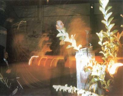 Эта сверхъестественная фотография была заснята во время проповеди в Лейкпорте, штат Калифорния, в 1958 году. Брат Бранхам дает объяснение этой фотографии в проповеди «Сторож, сколько ночи», проповеданной в Джефферсонвилле, штат Индиана, 30 ноября 1958 года.