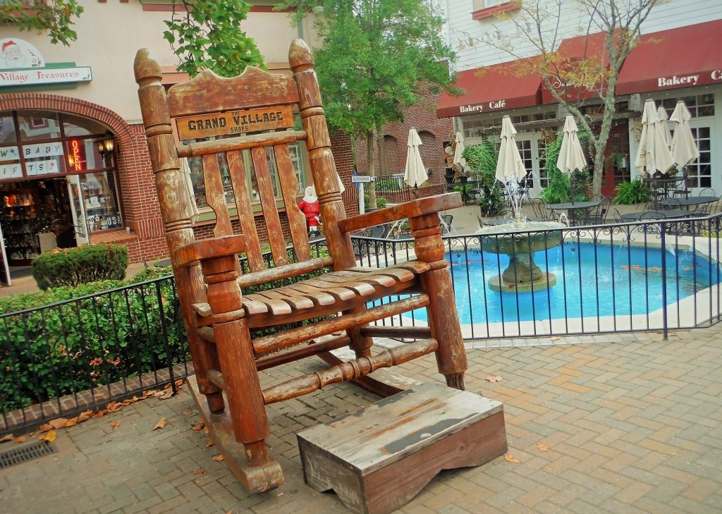 Grand_Village_Giant_Chair_Free_Things_in_Branson_MO