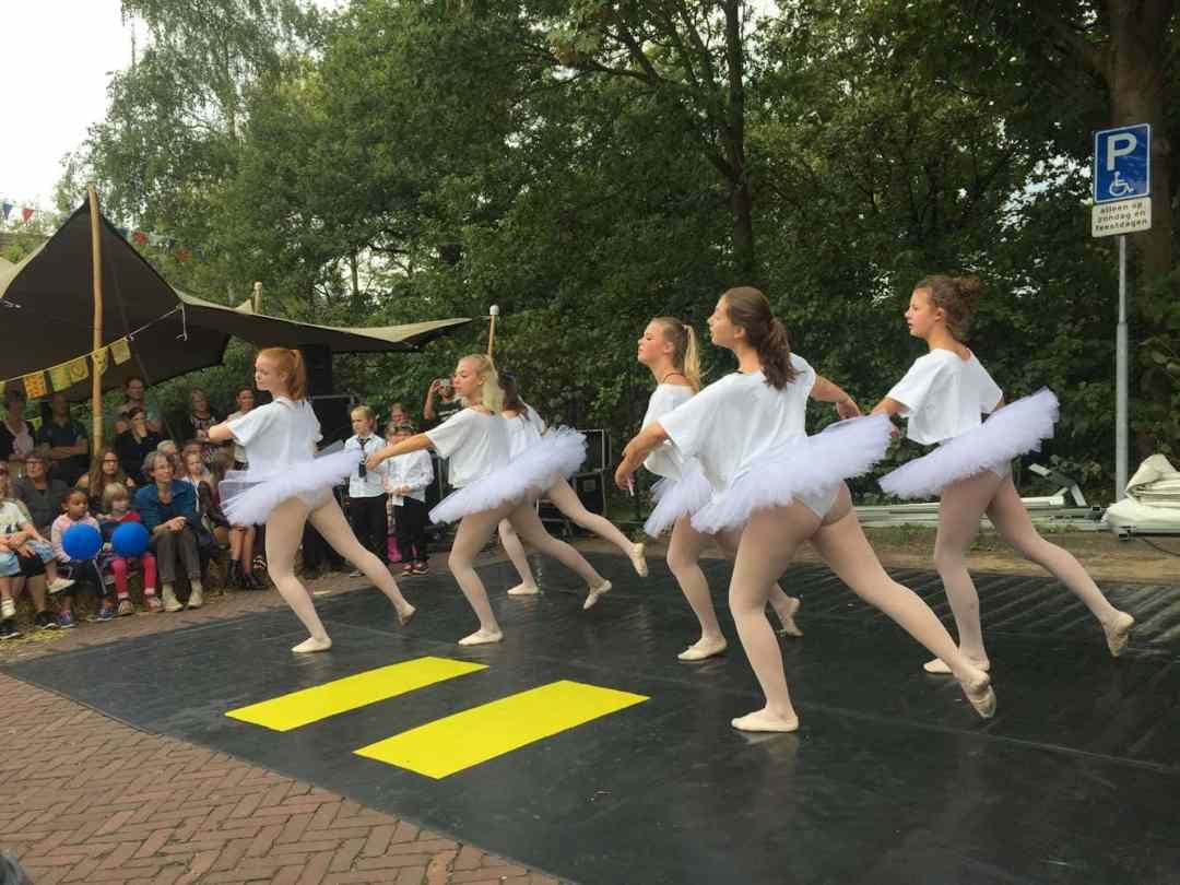 Molenmarkt 2018, op het ons huis podium met Ballet. Foto Martijn Adelmund_verkl