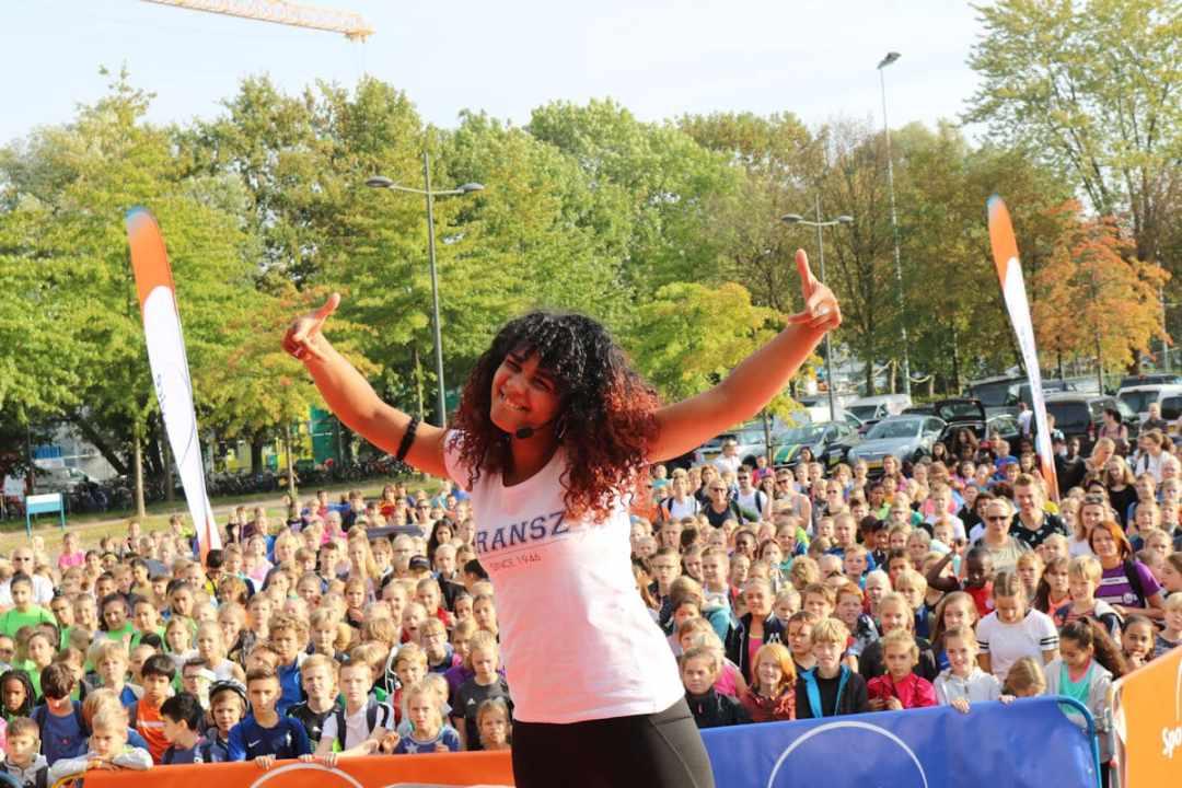 (c) Aneesa Inaad_Mella geeft een warming up tijdens de opening van de Sport Olympiade in Wageningen