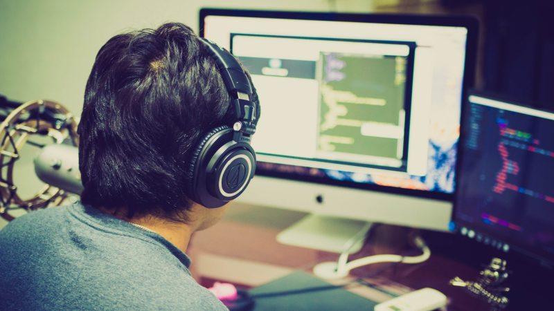 Homem joga video game e pratica inglês