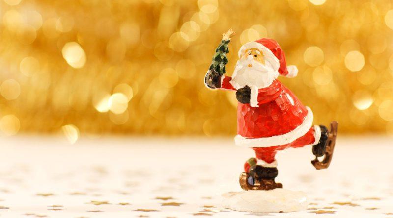 papai noel esquiando e trazendo as tradições natalinas