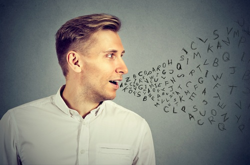 homem falando inglês com sotaque