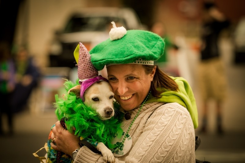 Mulher e cachorro usando o verde no Saint Patrick's Day