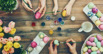 criança pintando ovos de páscoa