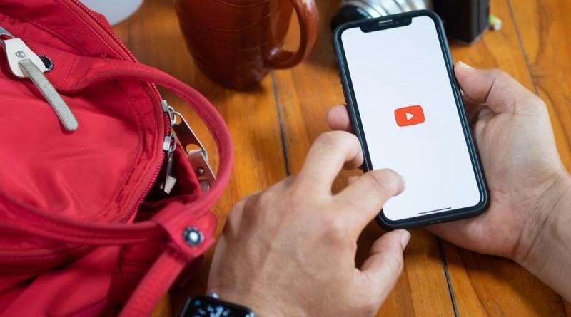 Mão de homem acessando videos de inglês no Youtube
