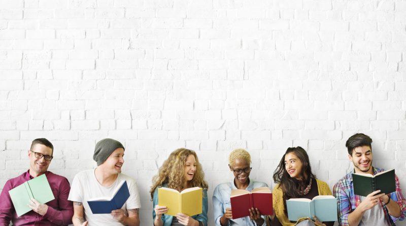 Grupo de jovens a ler textos em ingles.