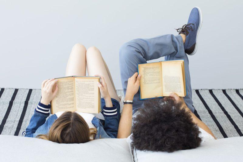 casal lendo textos em ingles juntos