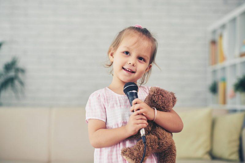 menina-cantando-cancoes-populares-em-ingles