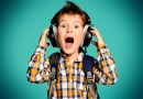 menino-com-fone-cantando-cancoes-em-ingles
