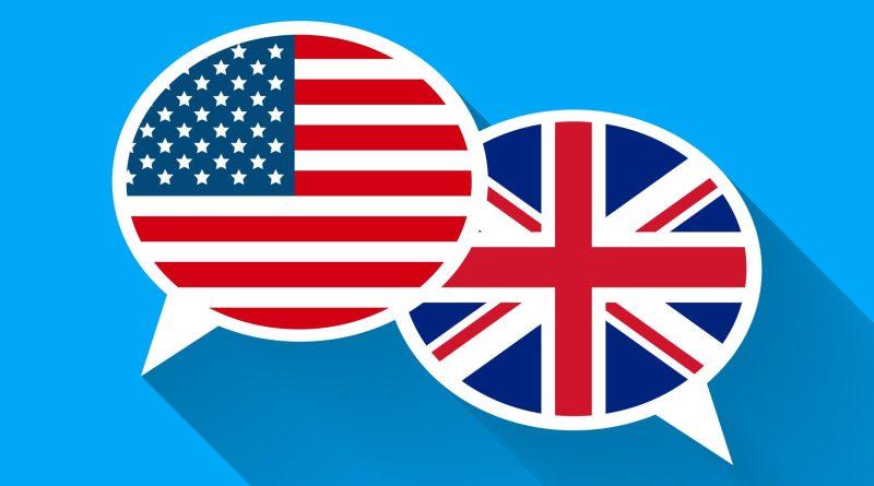Balões com bandeiras dos EUA e do Reino Unido.