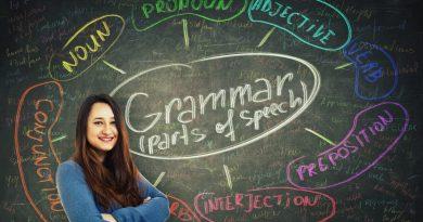 Jovem utilizando o quadro negro para estudar gramática.