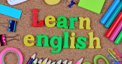 Letras formando a frase learn english em um fundo com outros objetos