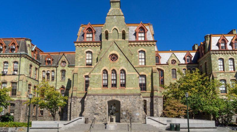 Quais são as diferenças entre college e university?