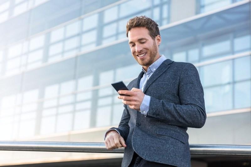 homem de negocios estudando Ingles pelo celular com cambly ingles