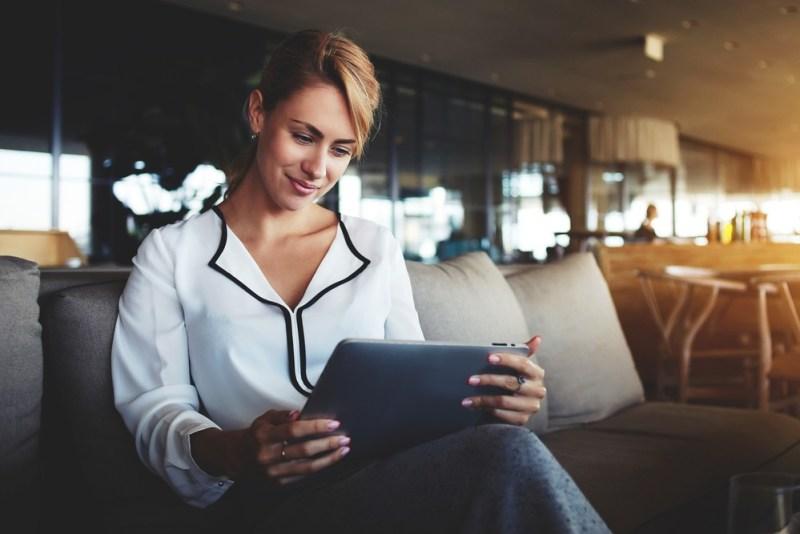mulher jovem lendo textos em Ingles para Iniciantes cambly