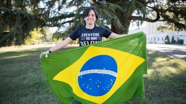 A ativista apátrida Maha Mamo recebe cidadania brasileira em um evento sobre apatridia que ocorreu paralelo à reunião do ACNUR 2018 da Excom.