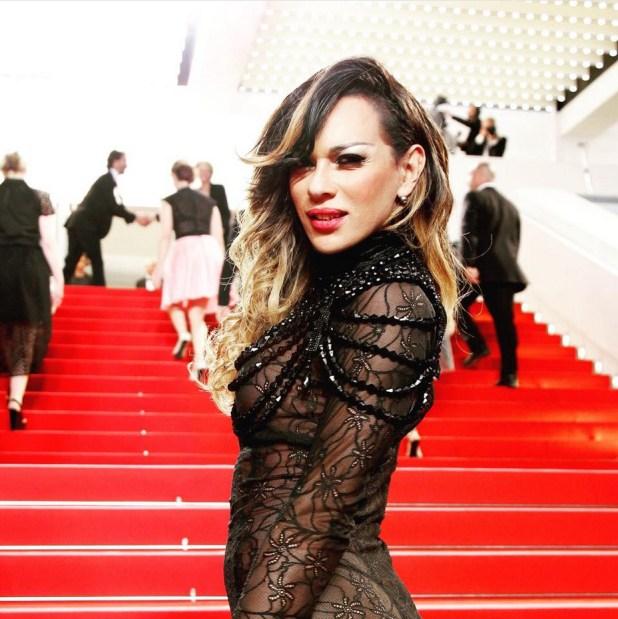mulher no tapete vermelho em Cannes durante o festival de filmes em 2105