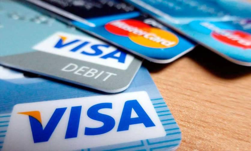 Juro do cartão de crédito cai 67,8 pontos e fica em 422,5% em abril