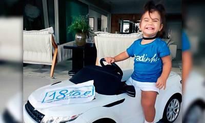 Maria Flor ganha carrinho ao completar 18 meses