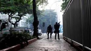 Uma pessoa morre após criminosos jogarem artefato explosivo em Copacabana