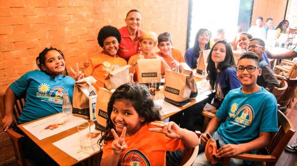 Gastronomia com responsabilidade social: Rede de restaurantes recebe crianças da ABRACE