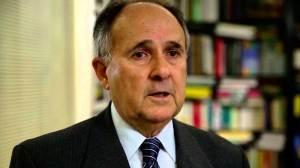 Cristovam Buarque responde a manifestantes: 'Esse pessoal perdeu o discurso'
