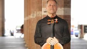 O violoncelista Antonio Meneses sobe ao palco do Teatro da Caixa para apresentação única