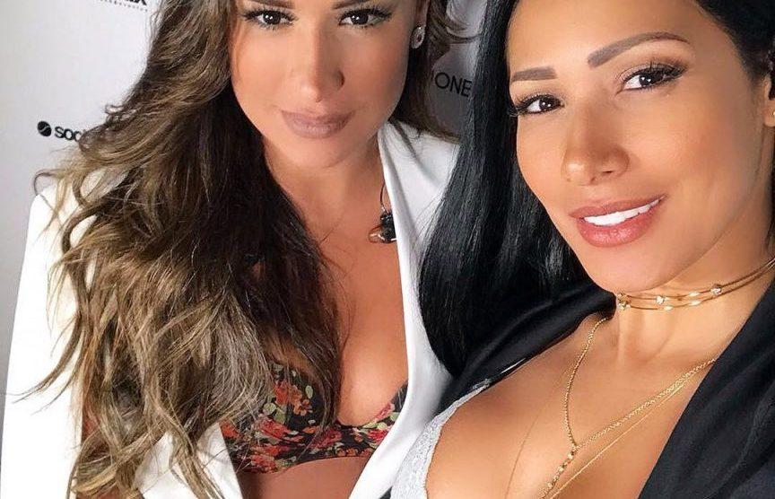 221d5f9fb0 Simone e Simaria fazem selfie exibindo os decotes fartos