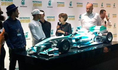 Hamilton retribui presente da família Senna com carro personalizado por Kobra