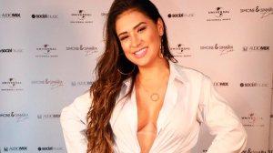 """Simone esbanja decote generoso em dia de evento e fãs pedem: """"Pare de emagrecer"""""""