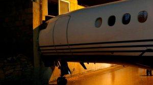 Ventos fortes fazem avião se chocar contra prédio de aeroporto