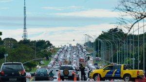 33% da frota de veículos do DF circulam sem licenciamento