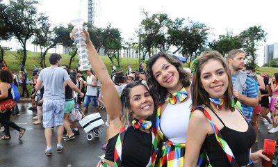 Mesmo sob chuva, Suvaco da Asa arrasta foliões e garantem pré-carnaval em Brasília