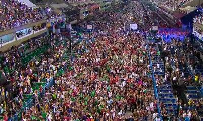 Em final apoteótico, multidão invade Sapucaí e canta samba da Beija-Flor à capela