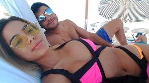 Com look grifado, Anitta curte praia com o marido em Miami