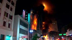 Prédio em chamas desaba no centro de São Paulo