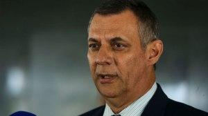 Com alta da UTI, Bolsonaro caminha e faz exercícios no hospital