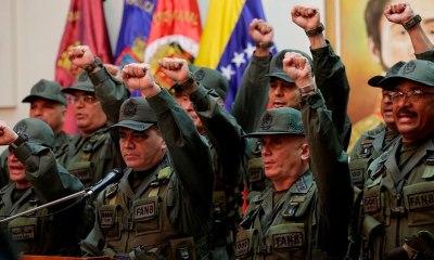 """Militares juram lealdade a Maduro e rechaçam """"ingerência externa"""""""