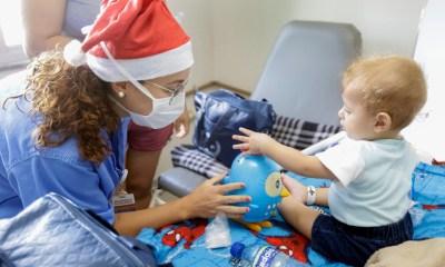 Aos poucos, bonecas, carrinhos e um kit de pintura foram sendo distribuídos pelo corredor do 1º andar, de acordo com a faixa etária de cada criança | Foto: divulgação Secretaria de Saúde