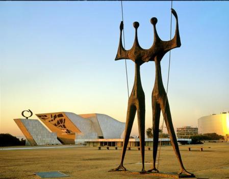 """Praça dos 3 poderes - Escultura """"Os Candangos"""" - ao fundo Monumento Panteão da Pátria"""