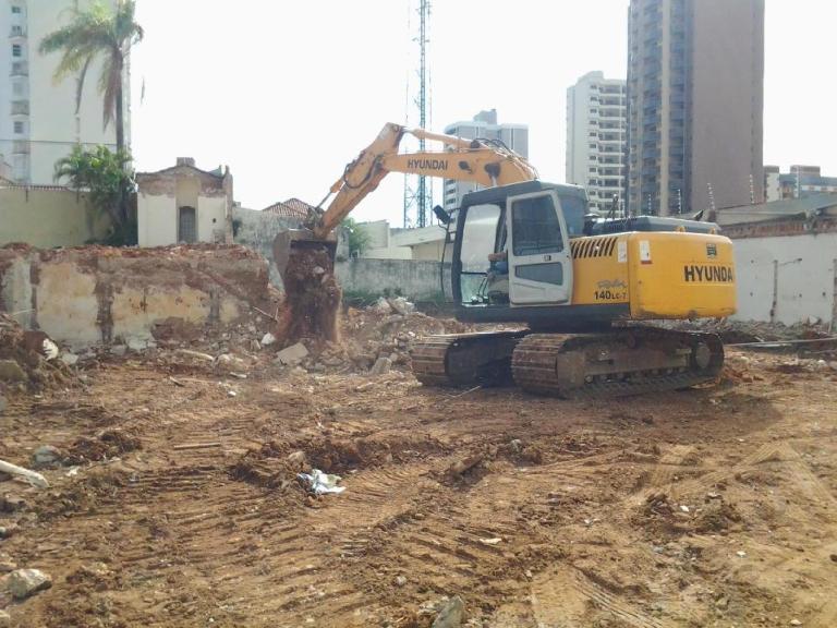 Máquina para cavar piscina em Marília